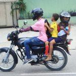 """Avanza dictamen para prohibir """"Niños Sándwich"""" en moto"""