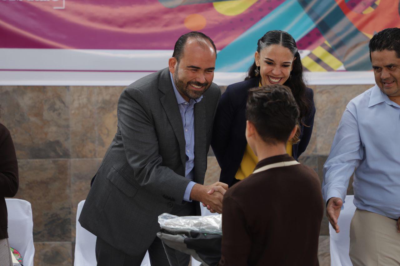 Cumple Juan Antonio promesa de campaña y arranca la entrega de Mochilas con útiles, uniformes y zapatos