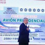Presenta AMLO boleto para rifa de avión presidencial
