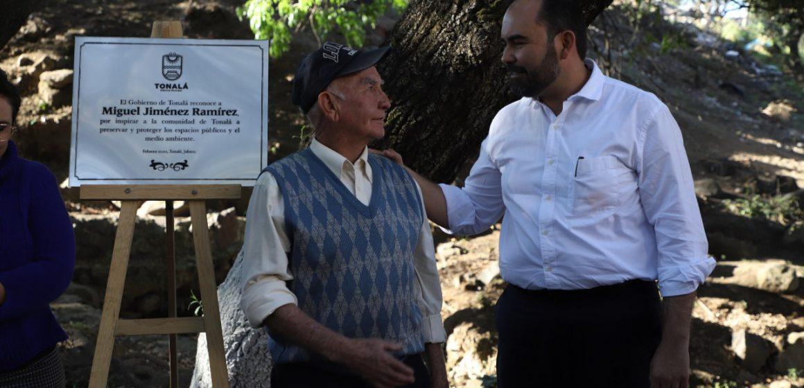 Reconocen a ciudadano por defender durante años el cauce del río azul en Loma Dorada